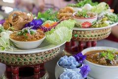 Os jantares de Khantoke têm sido por muito tempo uma atração turística popular dentro foto de stock