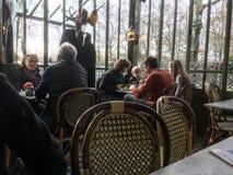 Os jantares enchem tabelas no café vidro-murado com base no palácio de Versalhes, França imagem de stock