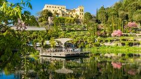 Os jardins botânicos de Trauttmansdorff fortificam, Merano, Tirol sul, Itália, oferecem muitas atrações com botani fotografia de stock royalty free