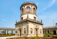 Os jardins e a torre bonitos sobre Chapultepec fortificam em Cidade do México Foto de Stock Royalty Free