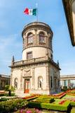 Os jardins e a torre bonitos sobre Chapultepec fortificam em Cidade do México Imagem de Stock