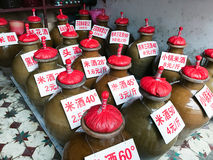 Os jarros com álcool local bebem no mercado da cidade fotografia de stock royalty free
