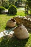 Os jarros velhos da argila s?o elementos decorativos da decora??o do parque e da fonte fotografia de stock royalty free