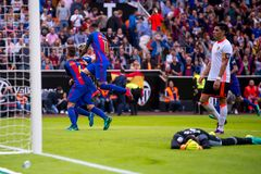 Os jogadores de Barcelona comemoram um objetivo na harmonia de Liga do La entre o Valencia CF e o FC Barcelona em Mestalla imagem de stock royalty free