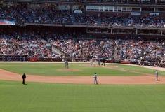 Os jogadores de Cubs acima da batida de Burrell das pancadinhas começam o curso Fotos de Stock Royalty Free