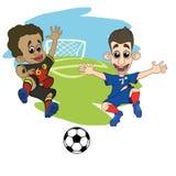 Os jogadores de futebol das crianças jogam a bola no estádio ilustração royalty free