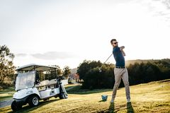 Os jogadores de golfe bateram campo de golfe arrebatador no verão fotografia de stock royalty free