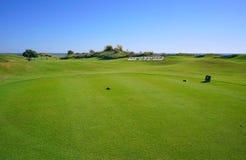 Os jogadores de golfe estão apreciando o campo de golfe das relações de Likya no dia ensolarado em Antalya fotos de stock
