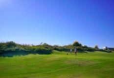 Os jogadores de golfe estão apreciando o campo de golfe das relações de Likya no dia ensolarado em Antalya fotografia de stock