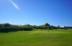 Os jogadores de golfe estão apreciando o campo de golfe das relações de Likya no dia ensolarado em Antalya foto de stock