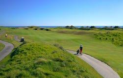 Os jogadores de golfe estão apreciando o campo de golfe das relações de Likya no dia ensolarado em Antalya imagens de stock royalty free