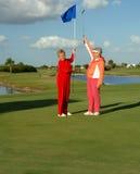 Os jogadores de golfe felizes da senhora comemoram Fotografia de Stock