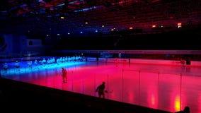 Os jogadores de hóquei vão na arena do gelo antes do fósforo video estoque
