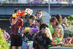 Os jogos adolescentes molham com seus amigos durante Songkran imagens de stock royalty free