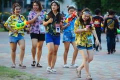 Os jogos adolescentes molham com seus amigos durante Songkran fotografia de stock royalty free