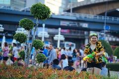 Os jogos adolescentes molham com seus amigos durante Songkran fotografia de stock