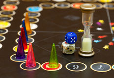 Os jogos de mesa são espalhados descuidada através da tabela Fotos de Stock