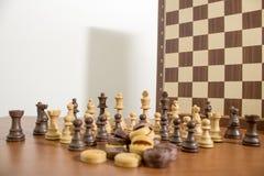 Os jogos de tabela, detalhados e terminam o tabuleiro de xadrez com xadrez imagem de stock royalty free