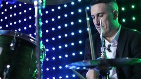 Os jogos do baterista que rufam no clube filme