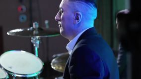 Os jogos do baterista que rufam no clube video estoque