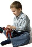 Os jogos do menino com o robô Imagem de Stock