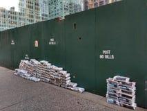 Os jornais e os compartimentos de manhã empilhados perto do terminal de Grand Central, não afixam nenhuma conta, New York City, N Imagens de Stock