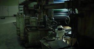 Os jornais movem-se ao longo de uma cadeia de fabricação em uma fábrica video estoque
