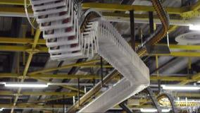 Os jornais recentemente impressos são transportados em uma correia transportadora em uma planta de impressão vídeos de arquivo