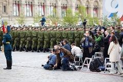 Os jornalistas fotográficos fazem fotos no dia da vitória Fotografia de Stock Royalty Free