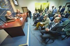 Os journalistas fazem perguntas durante a conferência de imprensa imagens de stock