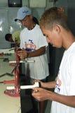 Os jovens adolescentes aprendem o ajustador do ofício na escola técnica Imagens de Stock Royalty Free