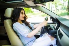 Os jovens amedrontaram os freios guinchando da mulher do motorista que evitam um acidente Menina chocada que toca o chifre imagens de stock royalty free