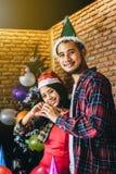 Os jovens asiáticos apreciam festas de Natal em seus feriados fotos de stock