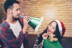 Os jovens asiáticos apreciam festas de Natal em seus feriados imagem de stock