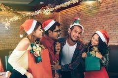 Os jovens asiáticos apreciam festas de Natal em seus feriados fotografia de stock royalty free