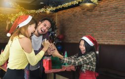 Os jovens asiáticos apreciam festas de Natal em seus feriados foto de stock royalty free