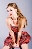 Os jovens bonitos seduzem a menina no vestido Imagem de Stock