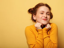 Os jovens bonitos surpreenderam a mulher do redhair sobre o fundo amarelo foto de stock royalty free