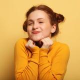 Os jovens bonitos surpreenderam a mulher do redhair sobre o fundo amarelo fotos de stock