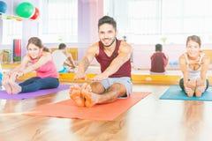 Os jovens conduzem um estilo de vida saudável, exercício na sala da aptidão Imagens de Stock