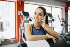 Os jovens couberam a mulher bonita que faz exercícios na trilha fotos de stock