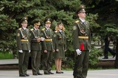Os jovens do cadete guardam no protetor de honra, contra quatro cadete Fotos de Stock Royalty Free