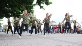 Os jovens do passatempo pela rua dançam, adolescente feliz da batalha da dança no quadrado, vídeos de arquivo