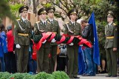 Os jovens dos cadete guardam com uma grinalda na memória da guerra caída Foto de Stock Royalty Free