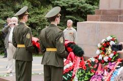 Os jovens dos cadete guardam a configuração uma grinalda na memória da guerra caída Imagens de Stock Royalty Free