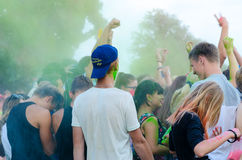 Os jovens estão comemorando o festival das cores em Gomel, Belaru Fotografia de Stock