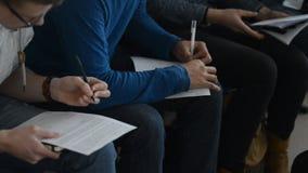 Os jovens fazem um registro em seguido, colocando folhas de papel em seu regaço filme