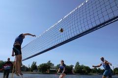 Os jovens jogam o voleibol de praia amador foto de stock