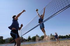 Os jovens jogam o voleibol de praia amador fotos de stock