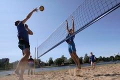 Os jovens jogam o voleibol de praia amador imagem de stock